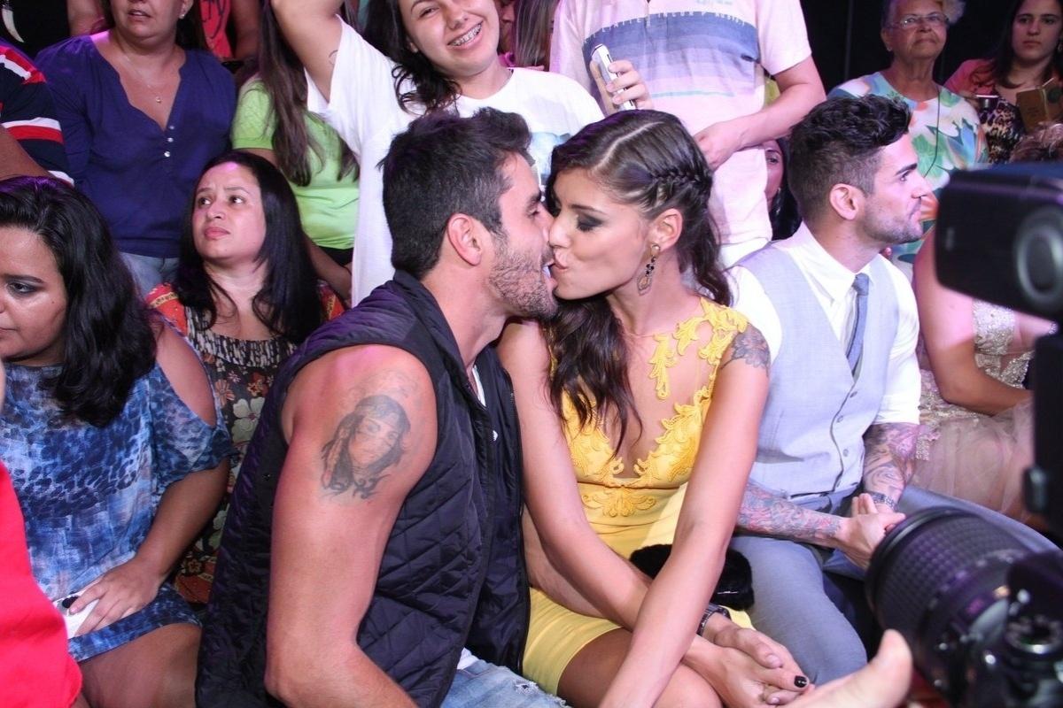 1.abr.20144 - Diego e Franciele se beijam nos bastidores da final do
