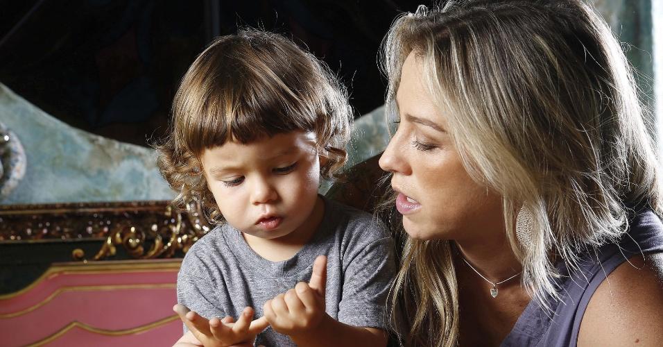 Luana Piovani posa ao lado do filho Dom