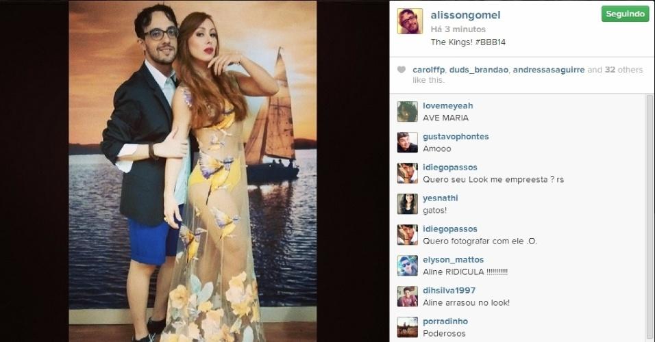 01.abr.2014 - Alisson posta foto ao lado de Aline