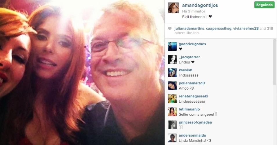 01.abr.2014 - Após o programa, Amanda faz selfie com Bial e Aline