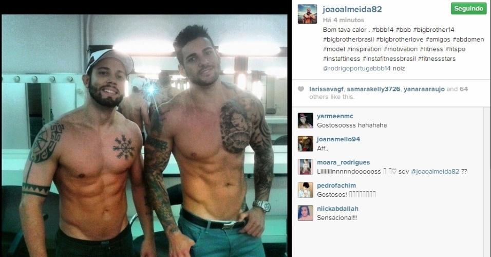 """01.abr.2014 - Após o programa, João Almeida e Rodrigo posta sem camisa: """"Bom tava calor"""""""