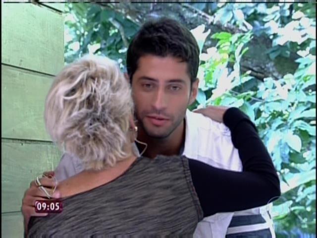 02.abr.2014 - Ana Maria Braga recebe Angela, Clara e Marcelo no programa