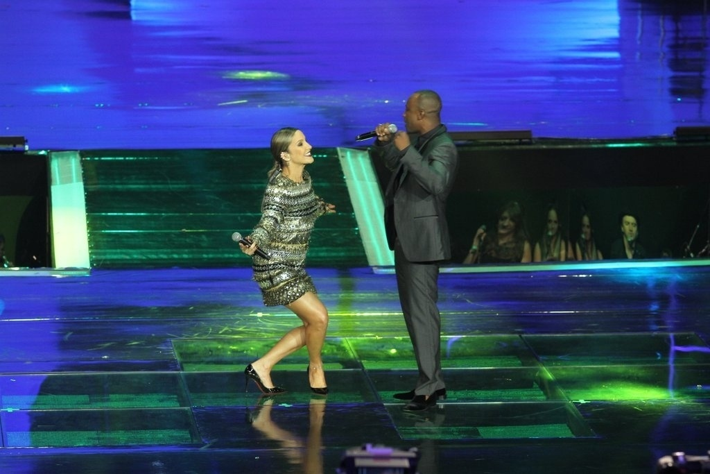 2.abr.2014 - Claudia Leitte e Thiaguinho se apresentaram durante a