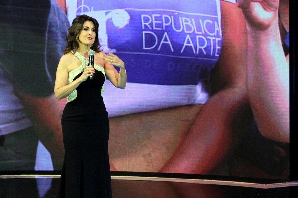 2.abr.2014 - Fátima Bernardes contou as novidades do