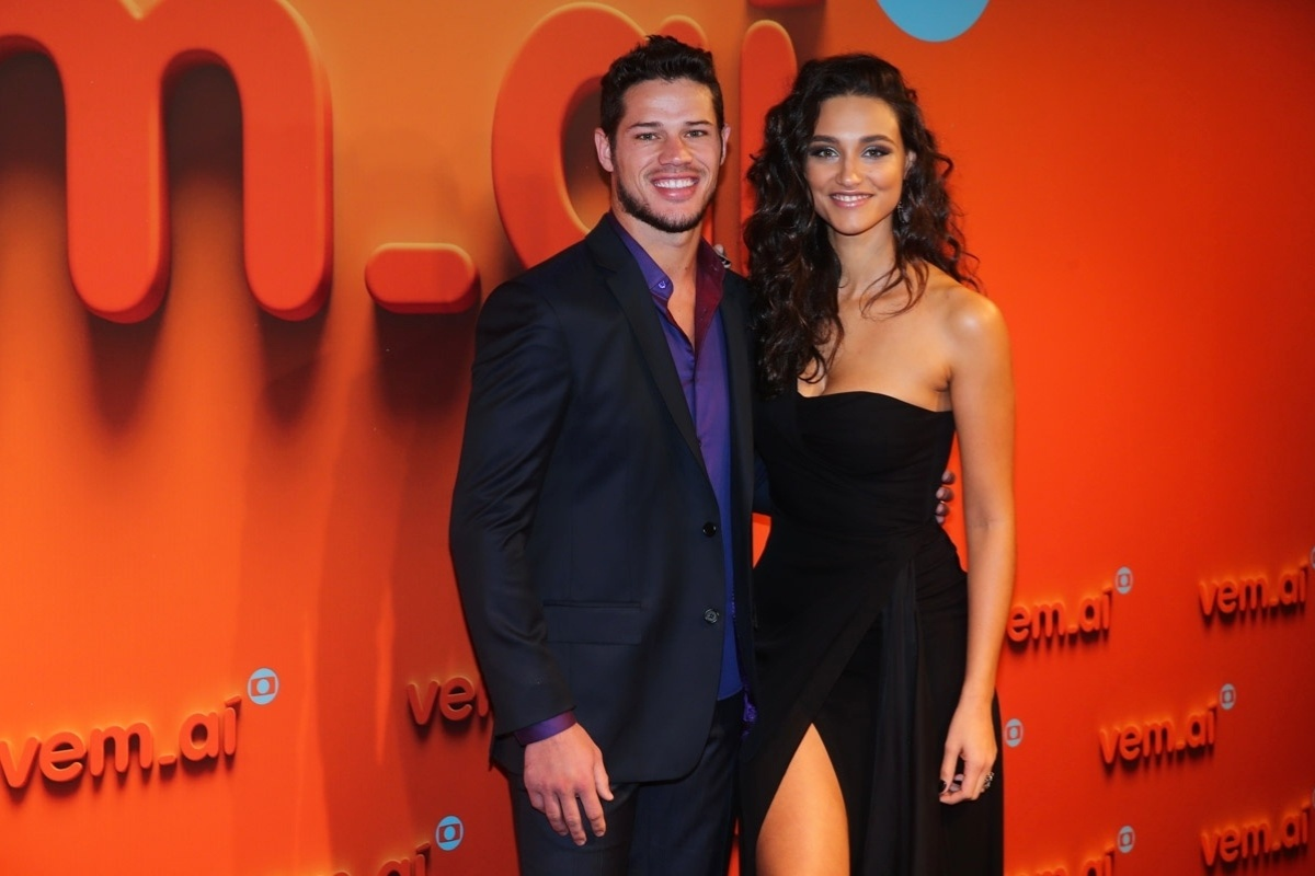 2.abr.2014 - José Loreto e Débora Nascimento prestigiaram a