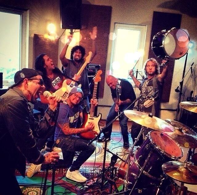 A banda Detonautas no estúdio onde gravou o cover de Rape Me para o Especial do UOL
