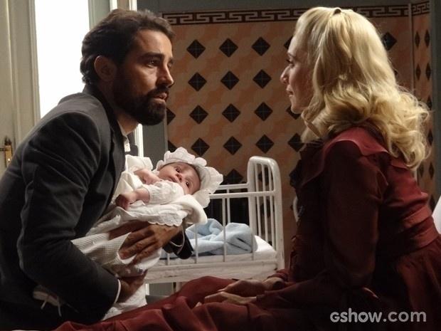 Fabrício se emociona ao ver filho e se declara para Lola
