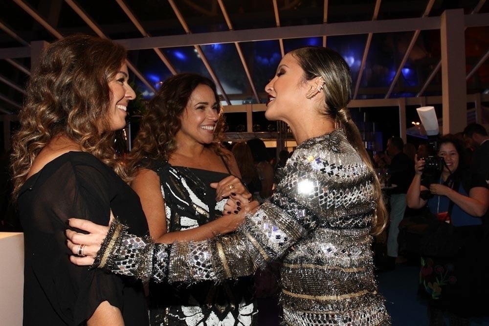 2.abr.2014 - Claudia Leitte fala com Daniela Mercury e Malu Verçosa durante a gravação do