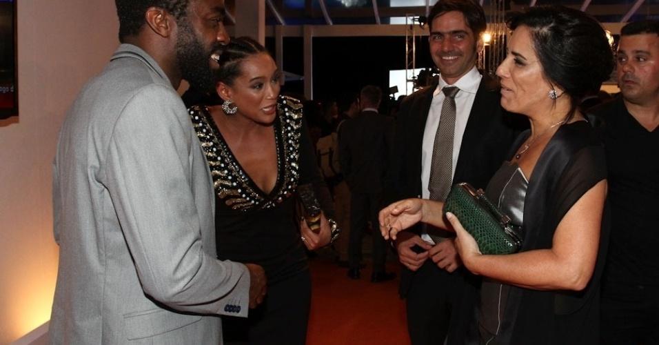 2.abr.2014 - Glória Pires conversa com Lázaro Ramos e Taís Araújo durante a gravação do