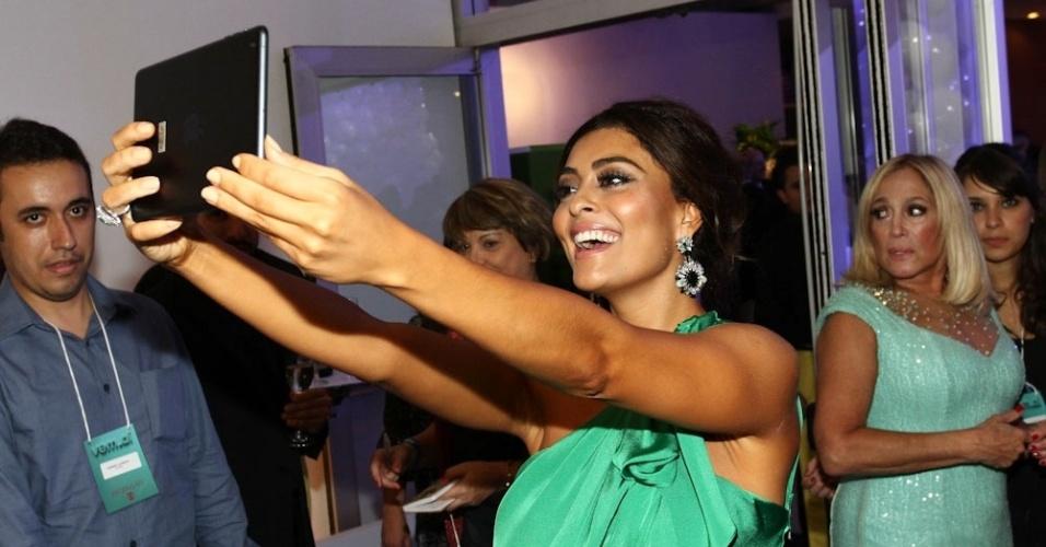 2.abr.2014 - Juliana Paes tira selfie com tablet durante a gravação do