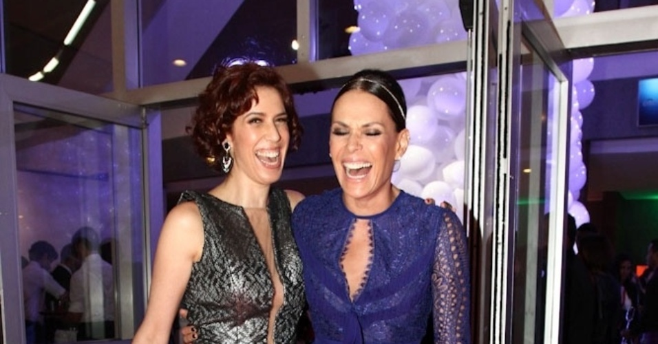 """2.abr.2014 -  Maria Clara Gueiros e Carolina Ferraz sorriem ao tirar foto juntas durante a gravação do """"vem_aí"""", da Globo, em São Paulo"""