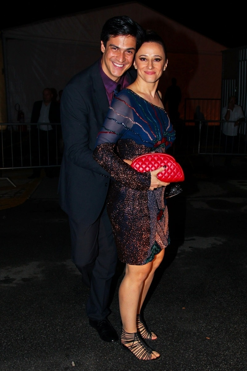 2.abr.2014 - Mateus Solano e Paula Braun se abraçam ao posar juntos durante a gravação do