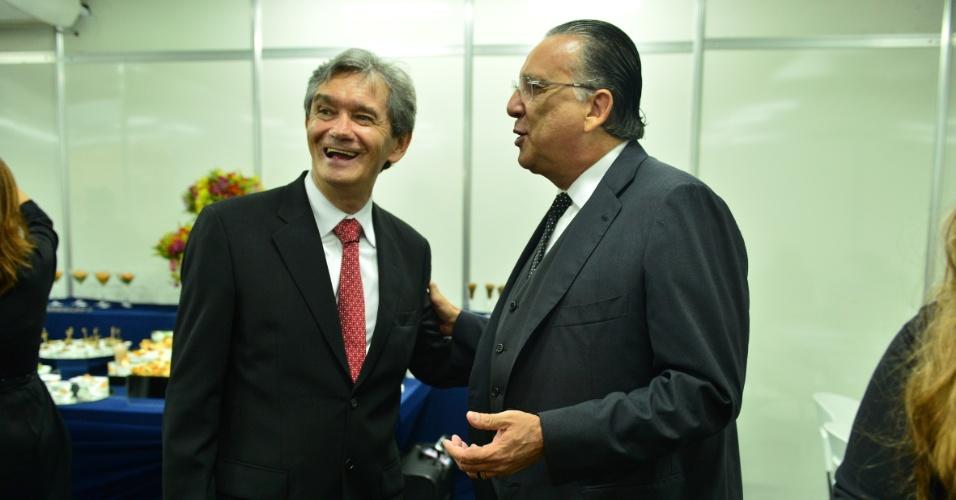 2.abr.2014 - Serginho Groisman e Galvão Bueno conversam nos bastidores do
