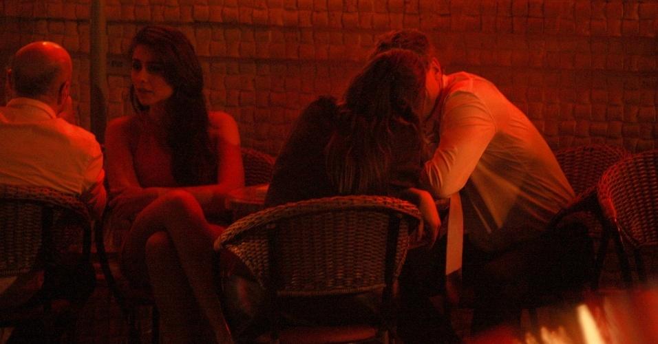 3.abr.2014 - Fábio Assunção foi fotografado trocando carícias e conversando ao pé do ouvido com uma morena em um restaurante em São Paulo