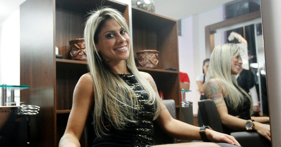 3.abr.2014 - Vanessa vai pela primeira vez ao salão de beleza depois de sair da casa do BBB. Ela fez luzes platinadas e tratamento pós-químico com a hair stylist Cidinha Lins
