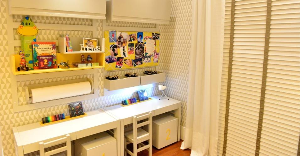A área de de estudos do dormitório para meninos gêmeos, assinado por André Leite e Bruna Ximenes, é duplicada graças aos módulos da Q&E Bebê. Embaixo das bancadas, os arquitetos colocaram dois baús que também auxiliam na organização do quarto