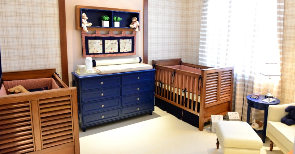 A arquiteta Aline Curvello Katz adotou tons fechados de azul e vermelho e muita madeira natural, para o quartinho de   gêmeos (meninos), com 12 m².