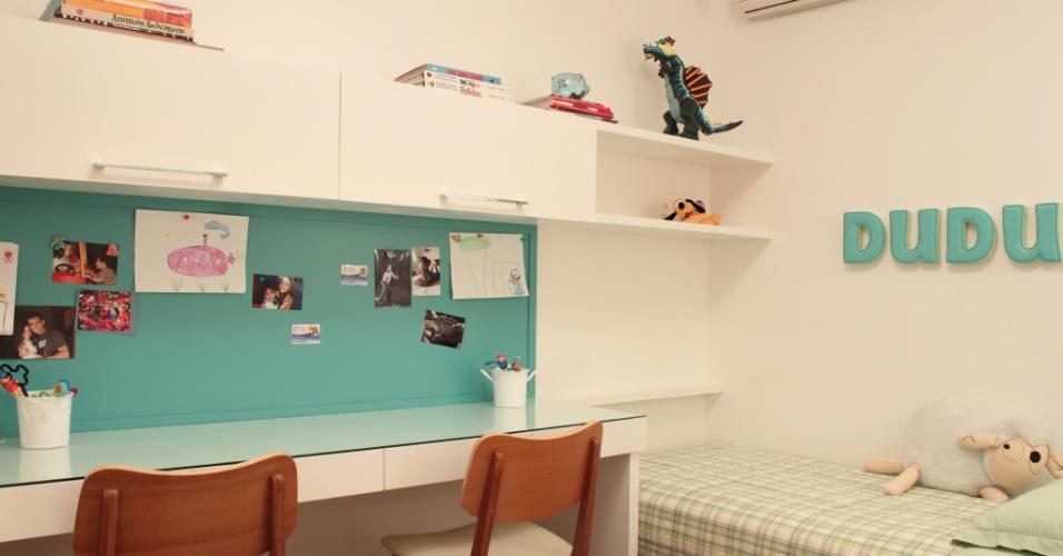 No projeto assinado pela a designer de interiores Alessandra Amaral para um casal de gêmeos, a bancada de estudos é compartilhada, mas cada qual possui uma cadeira.