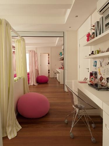 No quarto idealizado pela arquiteta Zize Zink para duas adolescentes gêmeas, a área de estudos é individual e respeita um mesmo desenho