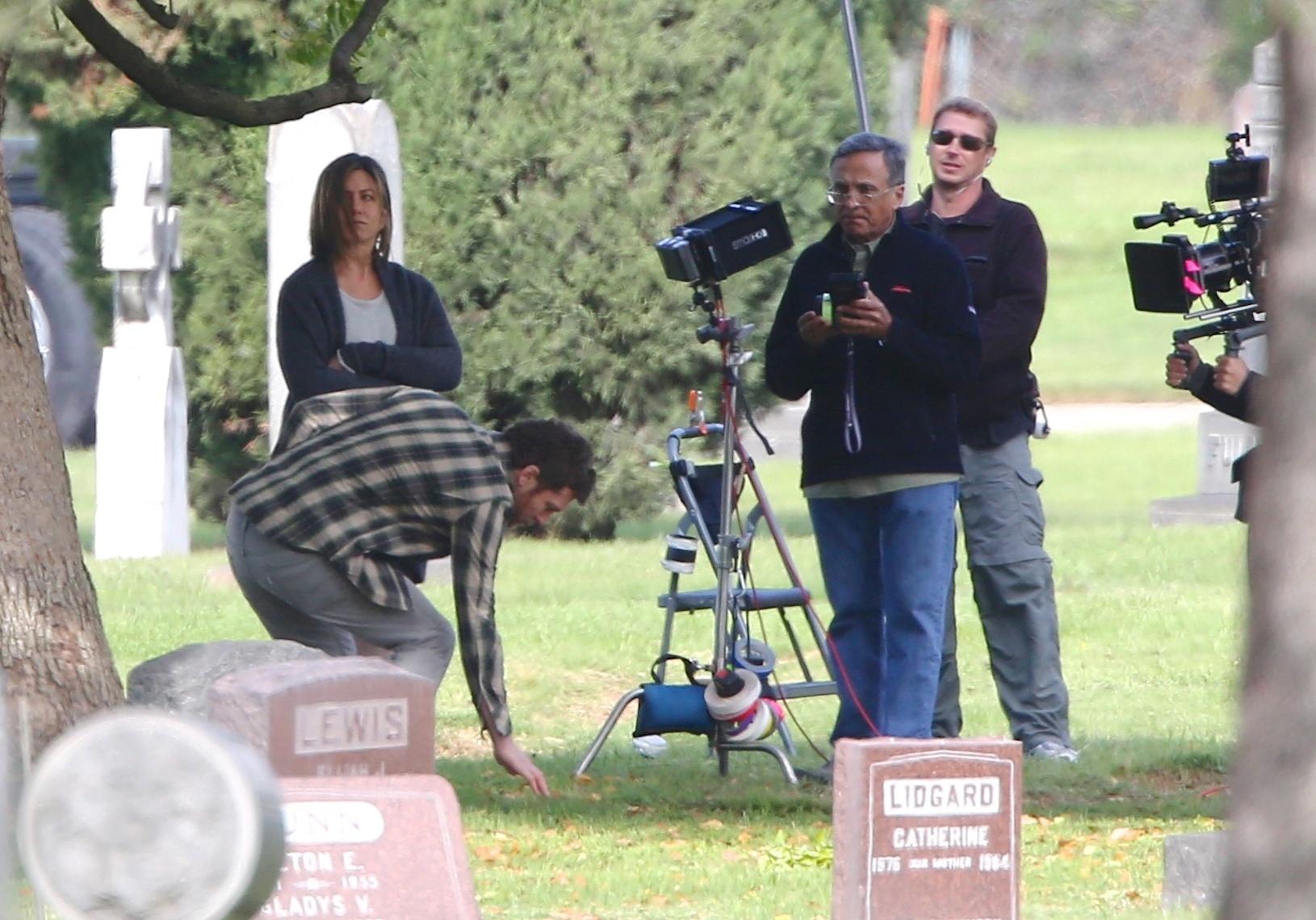 3.abr.2014 - Jennifer Aniston aparece morena em um cemitério no set de filmagens do filme