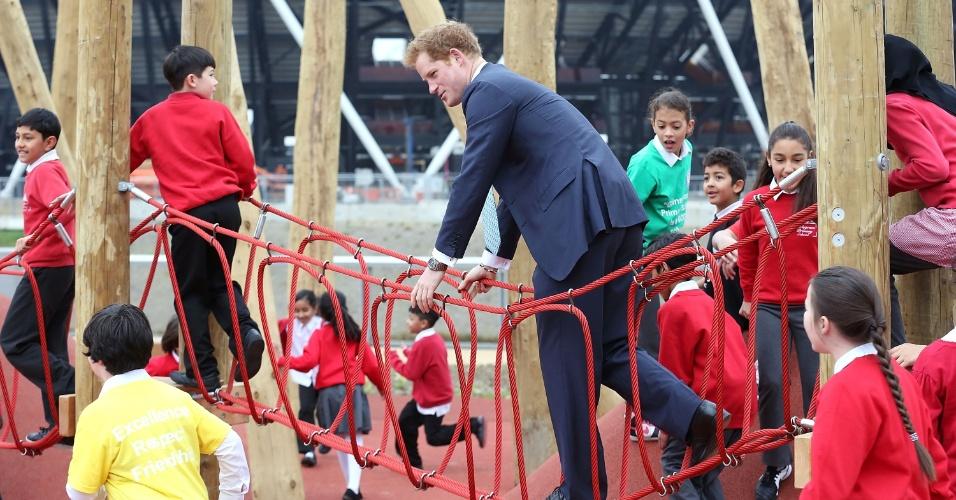 4.abr.2014 - Príncipe Harry brinca com crianças durante visita oficial ao Queen Elizabeth Olympic Park, em Londres