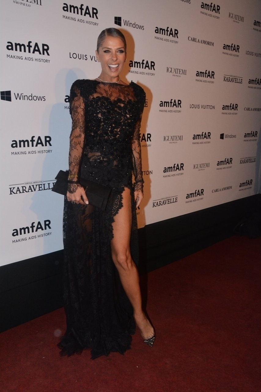 Adriane Galisteu posa com vestido rendado no tradicional Baile de Gala da AmfAR 2014. A festa aconteceu na casa de Dinho Diniz, localizada no bairro do Jardim América, em São Paulo