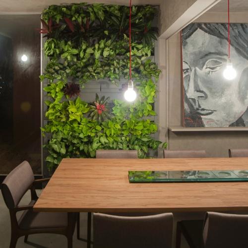 jardim vertical na sala:Jardins verticais e cor em equilíbrio marcam estreia da Casa Cor em