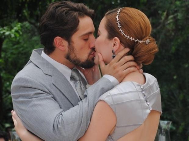 Apaixonados, Sílvia e Viktor trocam juras de amor durante cerimônia de casamento