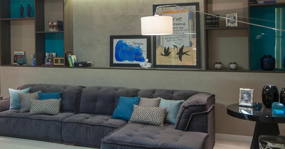 Assinado por Carolina Mota, o Lounge de Saída com Garagem é um ambiente que serve para relaxar e receber os amigos. A base cinza se encaixa a um perfil sofisticado, enquanto as tonalidades do azul propõem uma leve descontração ao espaço. A primeira edição da Casa Cor Alagoas fica em cartaz até dia 11 de maio de 2014, na Rua Aristeu de Andrade, 256, em Maceió. Outras informações: www.casacor.com.br/alagoas