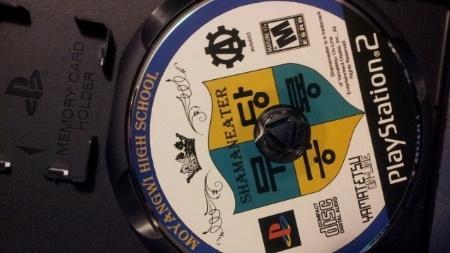 Disco do projeto musical Cex reproduz o layout dos games de PS2, inclusive com logo do clássico console da Sony e caixinha reciclada de PlayStation 2