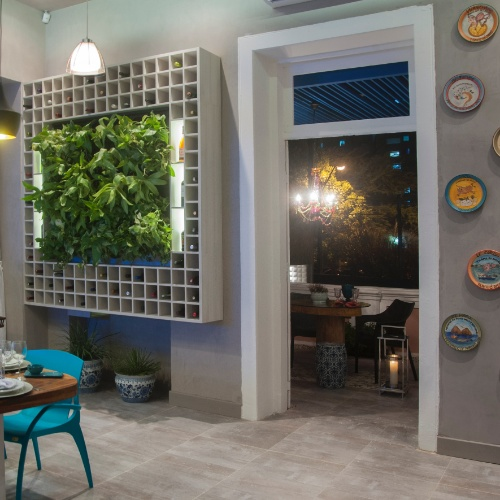 jardim vertical terraco:Jardins verticais e cor em equilíbrio marcam estreia da Casa Cor em