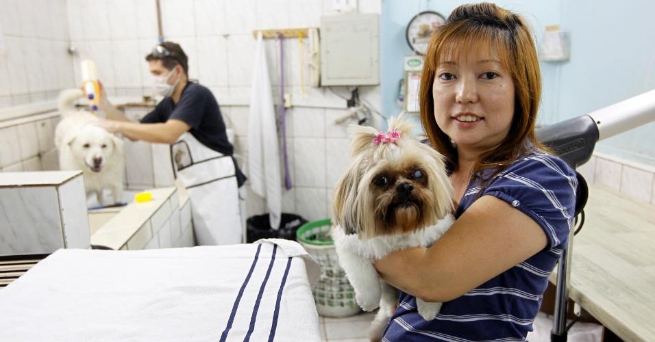 Simone Takara, proprietária do pet shop frequentado por Vanessa e a mãe, Solange. Ela ajuda a campeã do