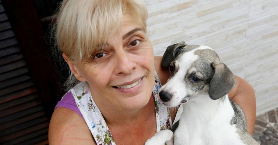 Solange Mesquita, mãe de Vanessa, com a cachorrinha Sol. Ela foi batizada para homenagear a mãe, que, segundo Vanessa,
