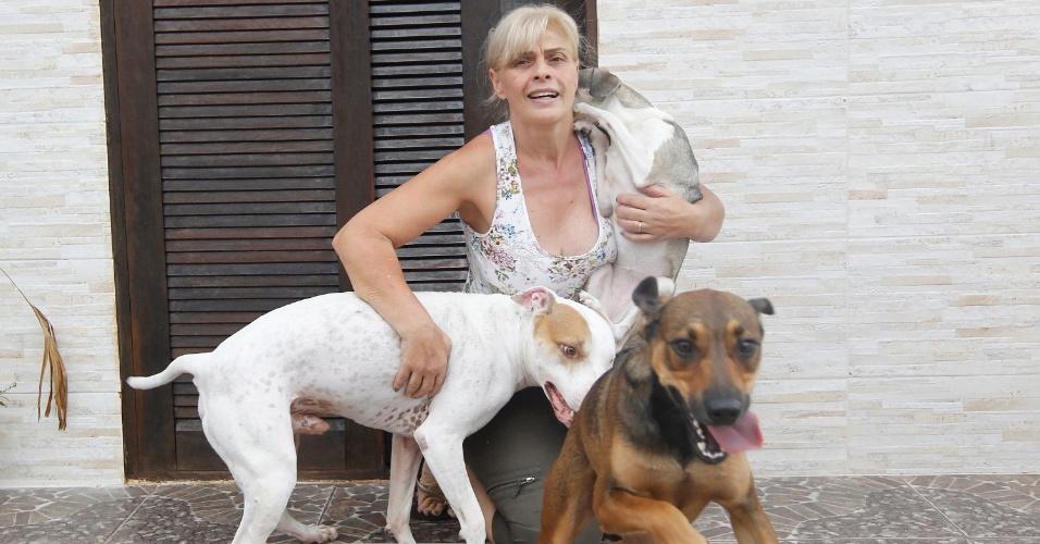 Solange Mesquita, mãe de Vanessa, com os cachorros adotados pela campeã do