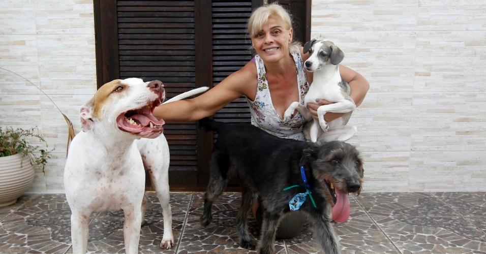 Solange Mesquita, mãe de Vanessa, com os cachorros adotador por Vanessa, o pitbull Jack e os vira-latas Sol e Thor