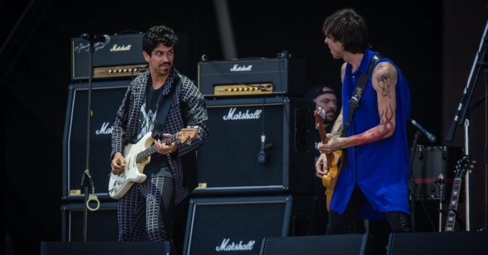 05.abr.2014 - Banda Vespas Madarinas se apresenta no Festival Lollapalooza 2014 no Autódromo de Interlagos, em São Paulo