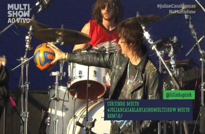 """05.abr.2014 - Julian Casablancas brinca com bola durante o show. """"Vou jogar um pouco de futebol"""""""