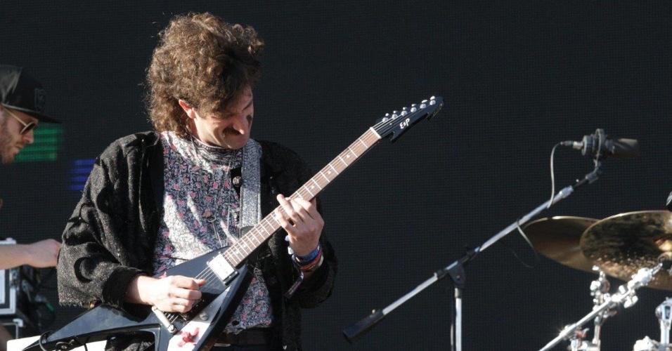 5.abr.2014 - Guitarrista do The Voidz no show de Julian Casablancas no Lollapalooza 2014 no Autódromo de Interlagos em São Paulo