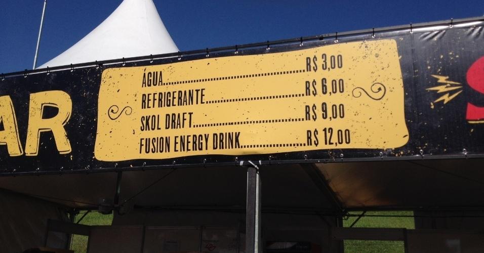05.abr.2014 - Placa de preços de alimentos e bebidas no Festival Lollapalooza 2014 no Autódromo de Interlagos, em São Paulo