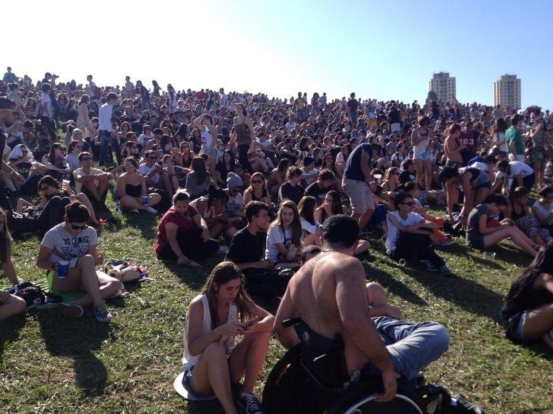 05.abr.2014 - Público assista ao show do Cage the Elephant no primeiro dia do Festival Lollapalooza 2014 no Autódromo de Interlagos, em São Paulo