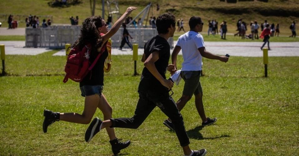 05.abr.2014 - Público corre para entrar no Festival Lollapalooza 2014 no Autódromo de Interlagos, em São Paulo