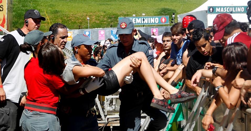 05.abr.2014 - Fã passa mal no primeiro dia do Festival Lollapalooza 2014 no Autódromo de Interlagos, em São Paulo