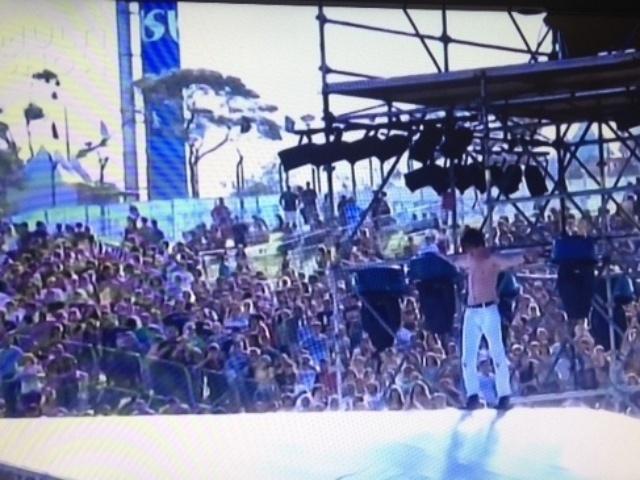 05.abr.2014 - Vocalista do Cage the Elephant escala tenda no Festival Lollapalooza 2014 no Autódromo de Interlagos, em São Paulo