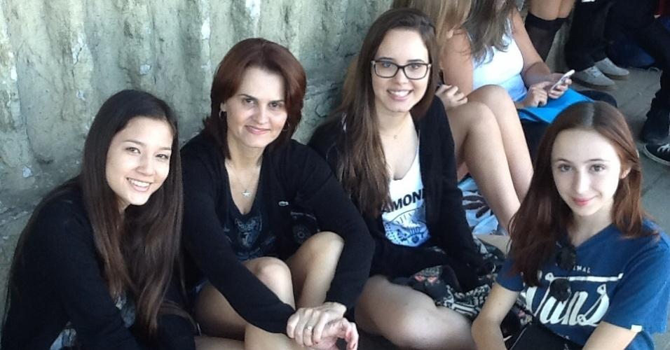 5.abr.2014 - Ana Paula Camolesi acompanha a filha Laura (de óculos) e as amigas dela na fila do primeiro dia de Lollapalooza. As garotas são fãs da banda Imagine Dragons