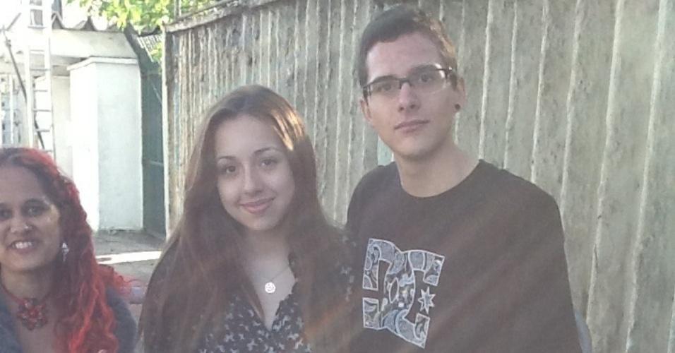 5.abr.2014 - Os amigos Caique Sanches, 16, e Daniela Barts, 18, estavam entre os primeiros da fila do Lollapalooza neste sábado