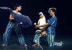 Dan�arinos e bonecos contracenam na pe�a 'C�rculo das Baleias'