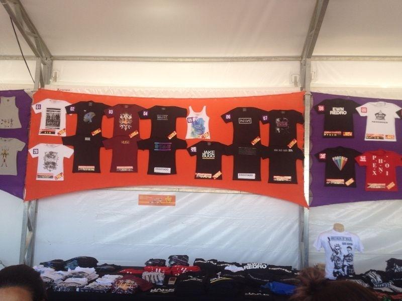 06.abr.2014 - Banca de camisetas de bandas no Lollapalooza 2014, no Autódromo de Interlagos, em São Paulo