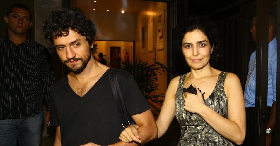 6.abr.2014 - A atriz Letícia Sabatella deixa o velório de José Wilker acompanhada do marido, o ator Fernando Alves Pinto