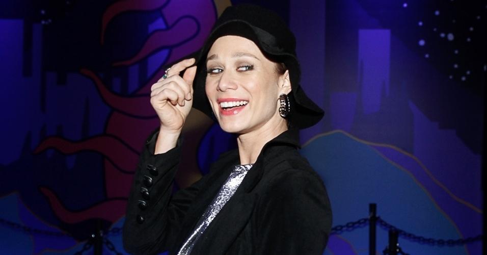 6.abr.2014 - A atriz Mariana Ximenes esconde seus cabelos morenos no Lollapalooza 2014 no Autódromo de Interlagos, em São Paulo