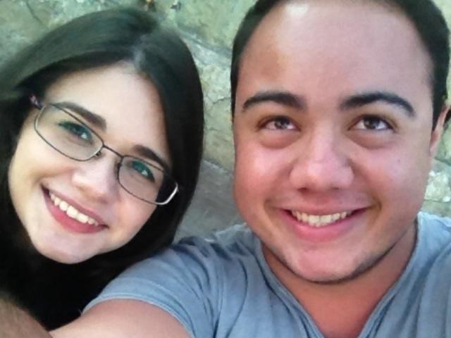 6.abr.2014 - Alexia Marques Panella, de 23 anos, e Leonardo Nascimento, de 20, são os primeiros da fila para o segundo dia de Lollapalooza